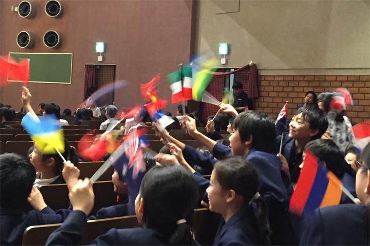 旗を振る子ども達