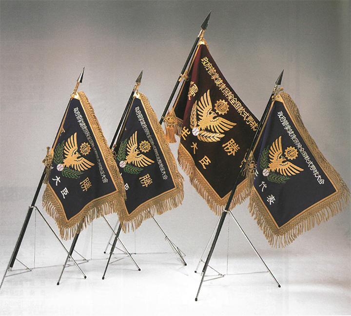 正絹西陣綾錦織袷最高級旗地を使用し、金銀糸最高級美術総刺繍を施した最高級の優勝旗です。