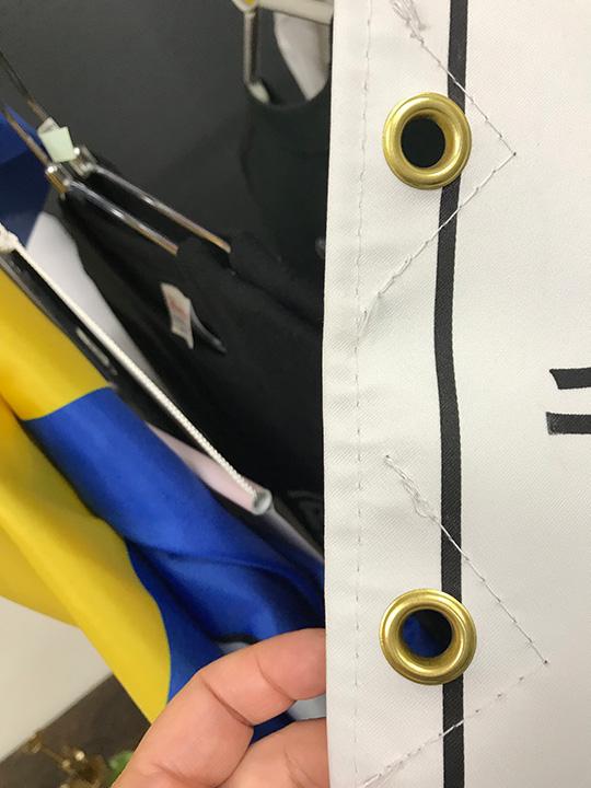 旗のデザインを邪魔しない透明のハトメ補強